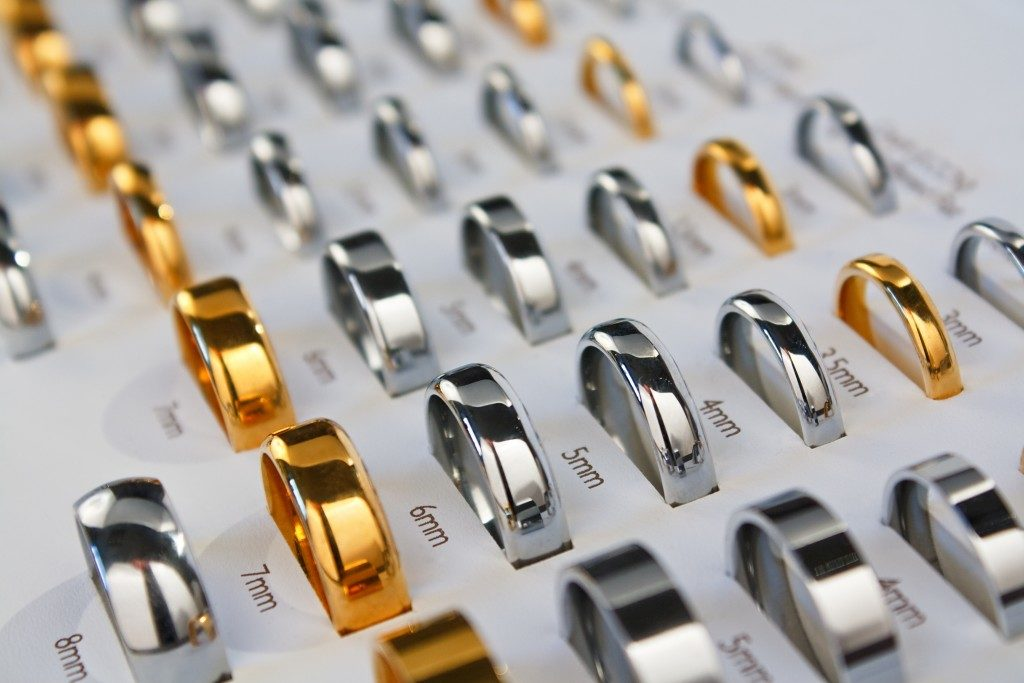 Different sizes of rings at a shop