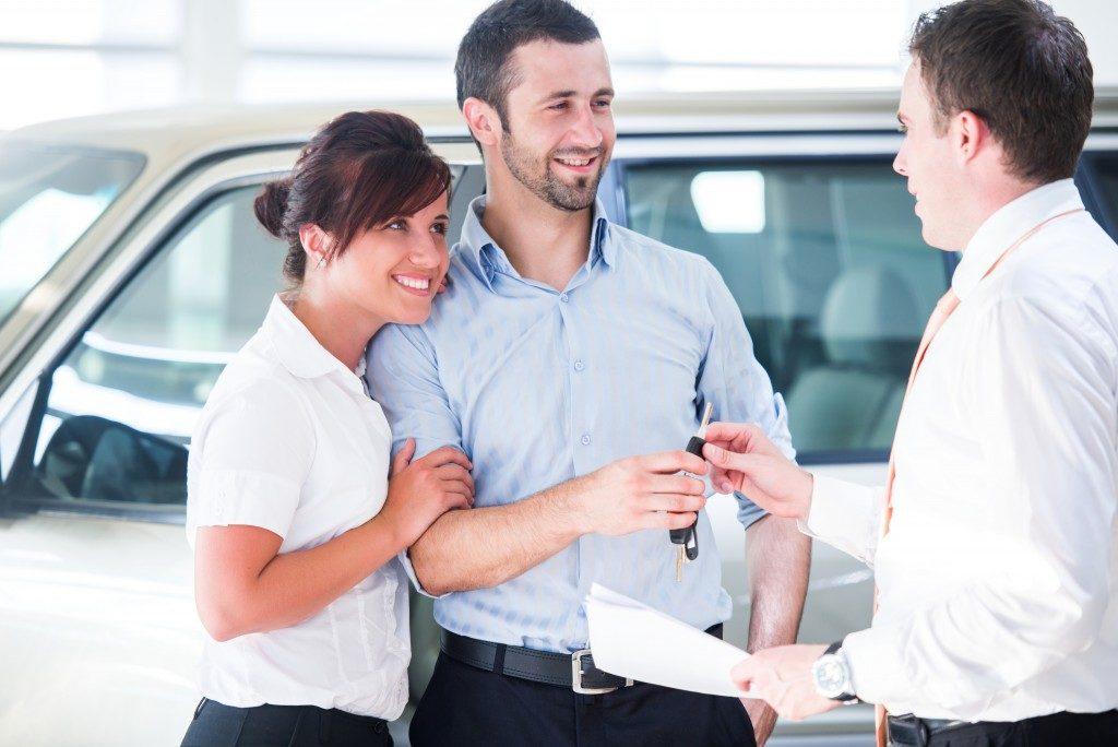 Salesman handing over the car keys