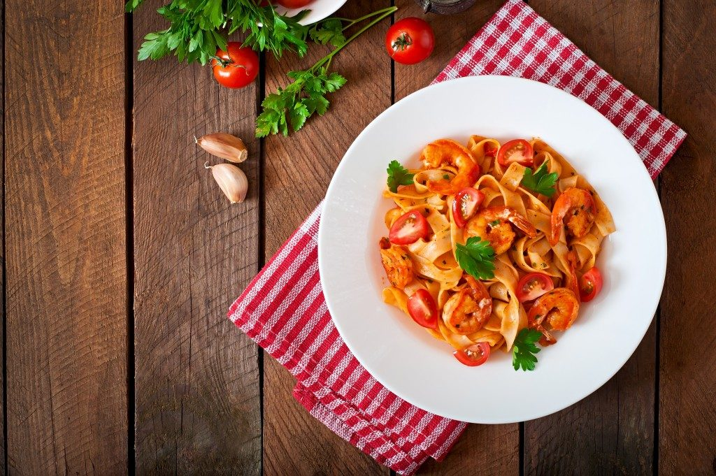 red sauce pasta with tomato slices
