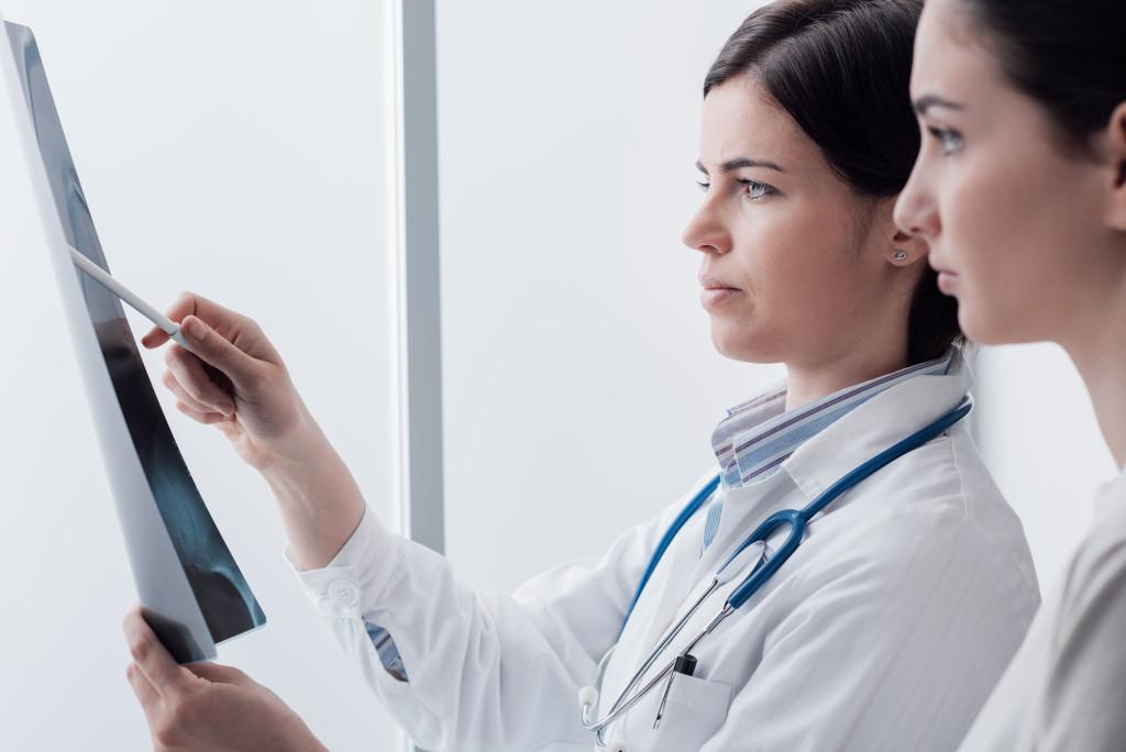 doctors analyzing xray